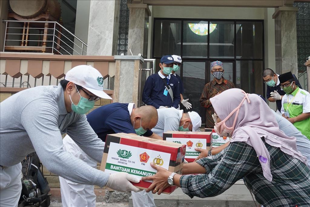 印尼慈濟志工在穆斯林齋戒月展開生活物資發放,5月3日,志工發放給獨老、弱勢族群。(圖為慈濟基金會提供)