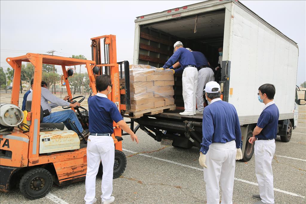 慈濟美國總會於母親節展開發放,志工將物資卸下車。(圖為慈濟基金會提供)