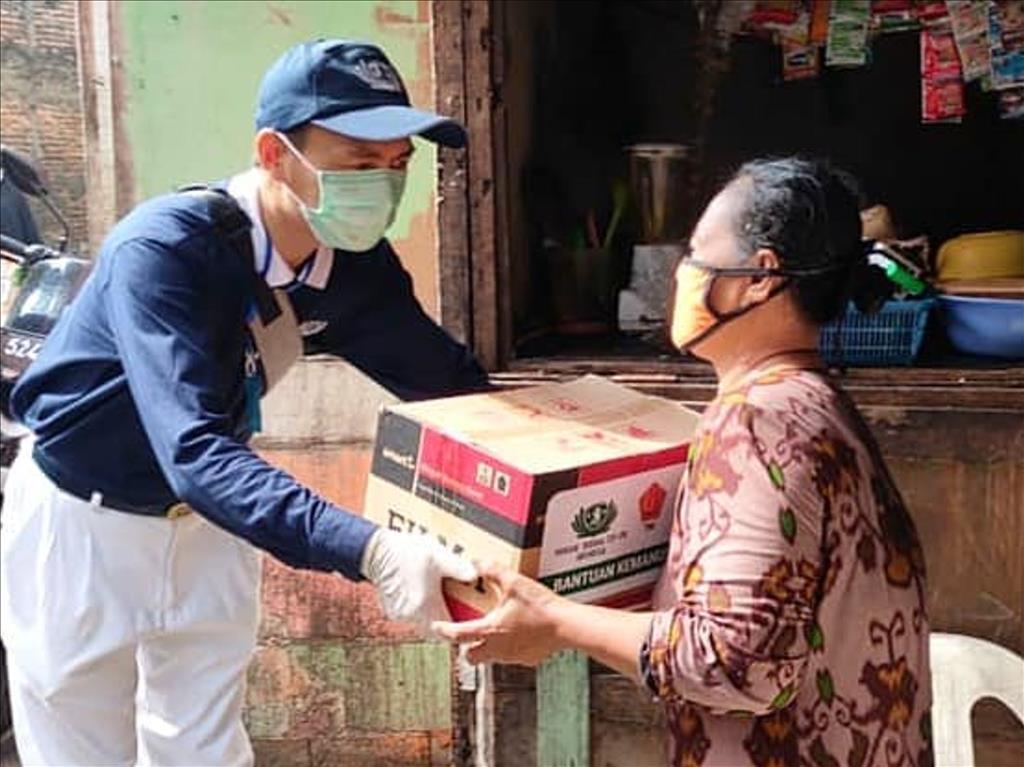 印尼慈濟志工在穆斯林齋戒月展開生活物資發放,村民感恩志工幫助他們度過難關。(圖為慈濟基金會提供)