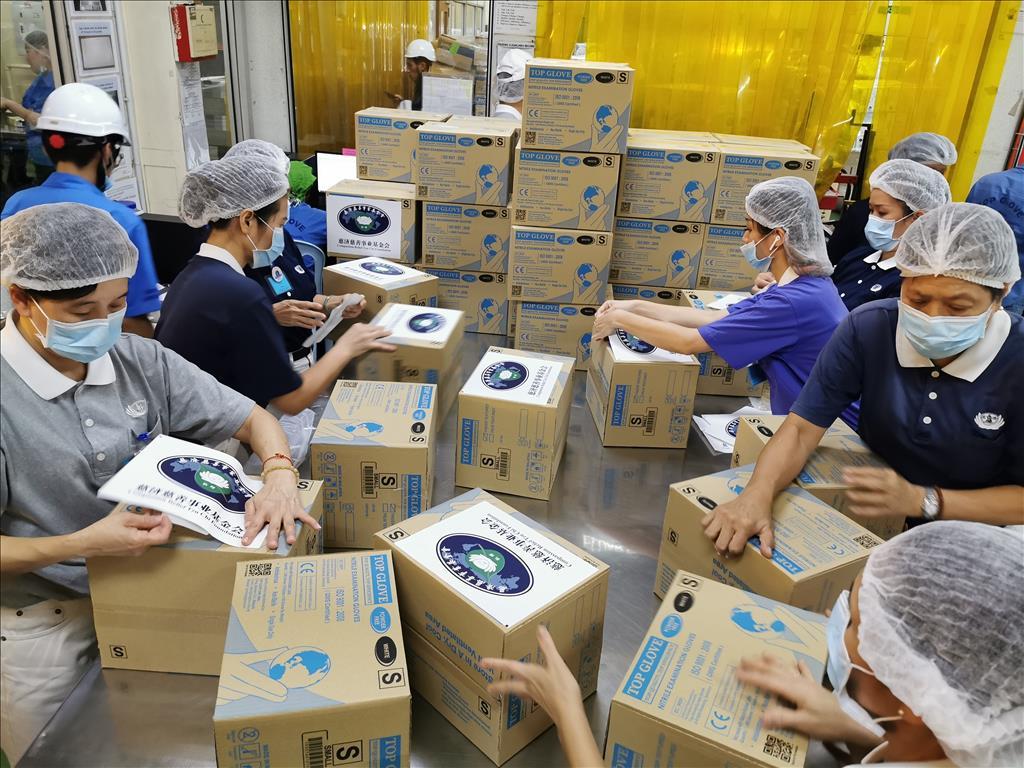馬來西亞慈濟志工透過各種管道募集防護物資,提供給第一線防疫人員,圖為志工協助包裝。(圖為慈濟基金會提供)