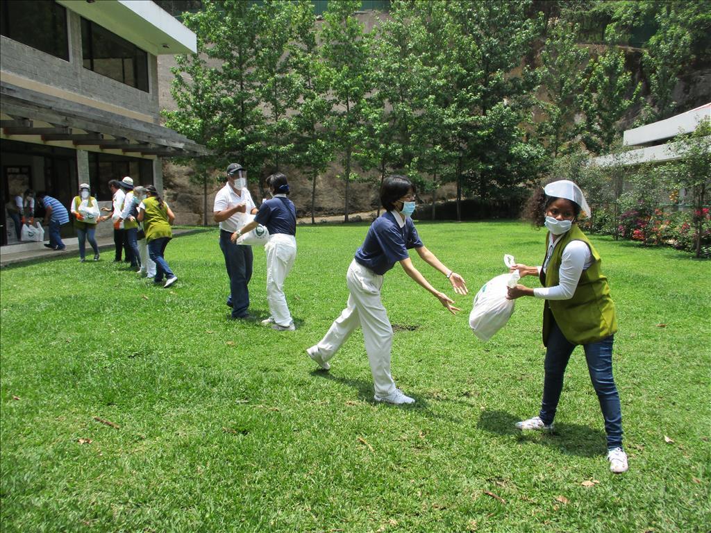 瓜地馬拉慈濟志工發放生活用品給弱勢家庭。(圖為慈濟基金會提供)