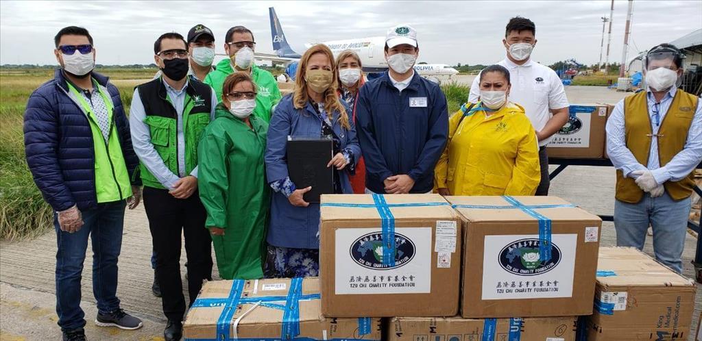 玻利維亞慈濟志工5月13日捐贈防疫物資給當地醫院,由當地市長、市議員等代表。(圖為慈濟基金會提供)