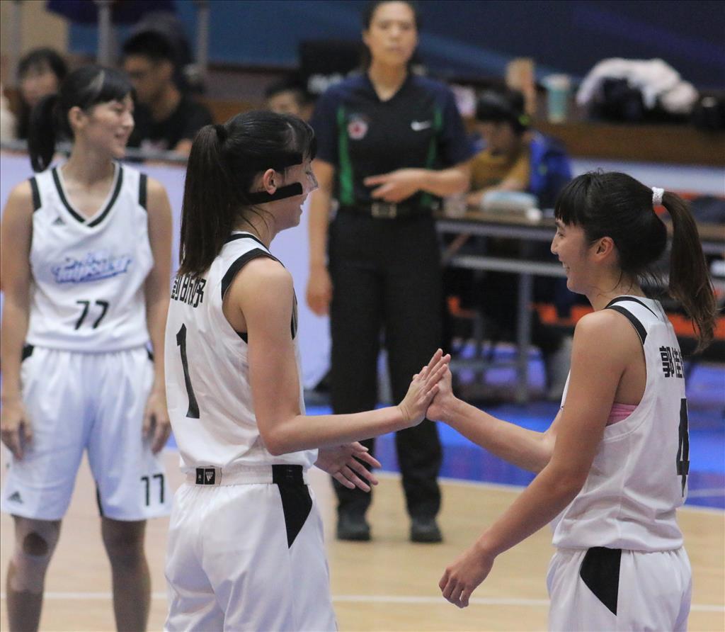 今年全國社會組籃球錦標賽女籃組顏質頗高,台電隊的彭惠貞(左起)、劉昕妤、郭佳紋都是國色天香明星臉,被視為台電隊三個王祖賢。