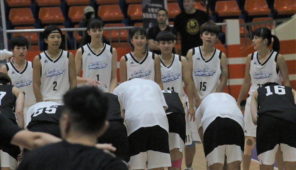 台電女籃隊打了一星期的比賽,傷兵累累,最後只剩七仙女能戰,也大都是佛光大學和普門中學培養出來的佛門好手。