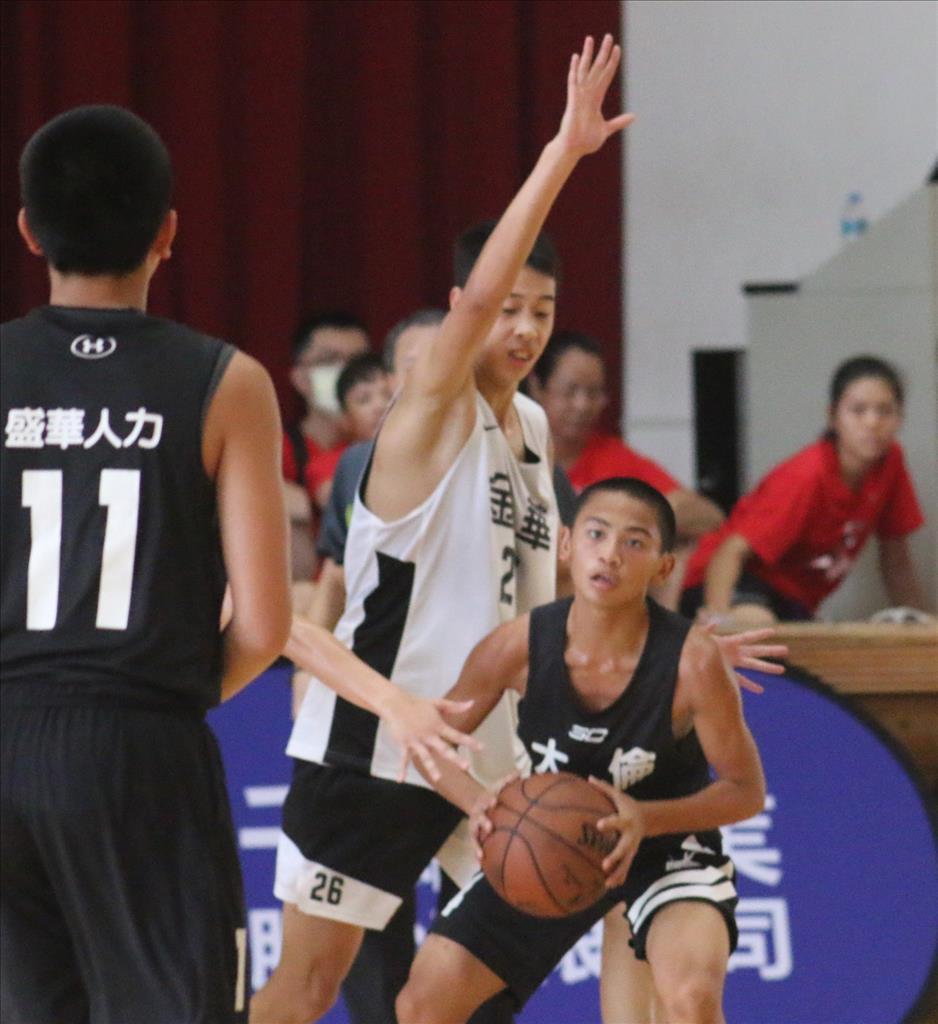 人高手的張奇恩(白色球衣)來自一個祖孫三代籃球家庭,是籃球界知名大家族的第三代。