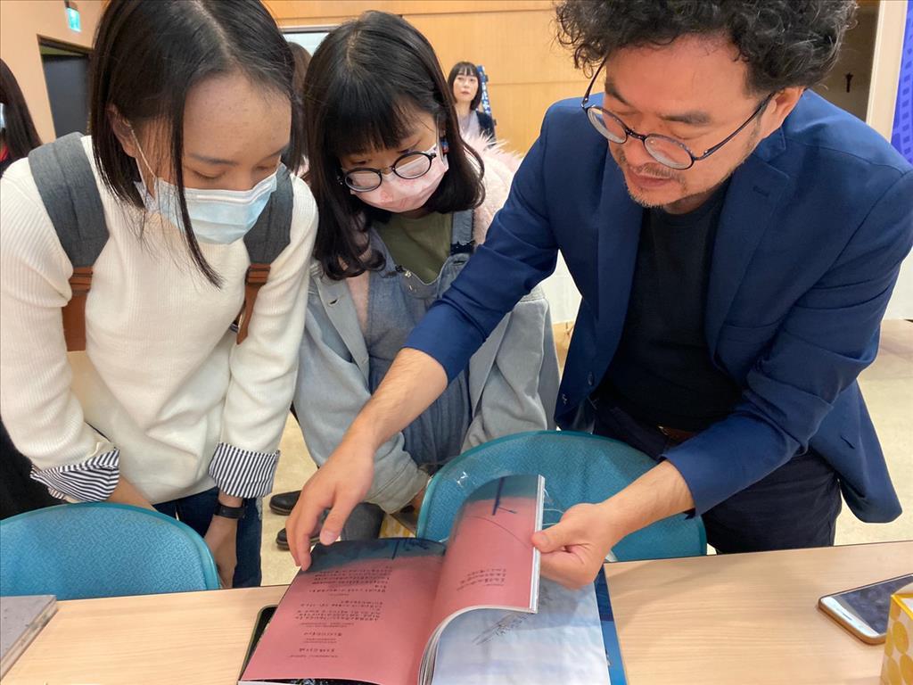 現場邀請臺灣攝影大師鄧博仁,教導學生們攝影技巧及觀念。(楊宜臻攝影)