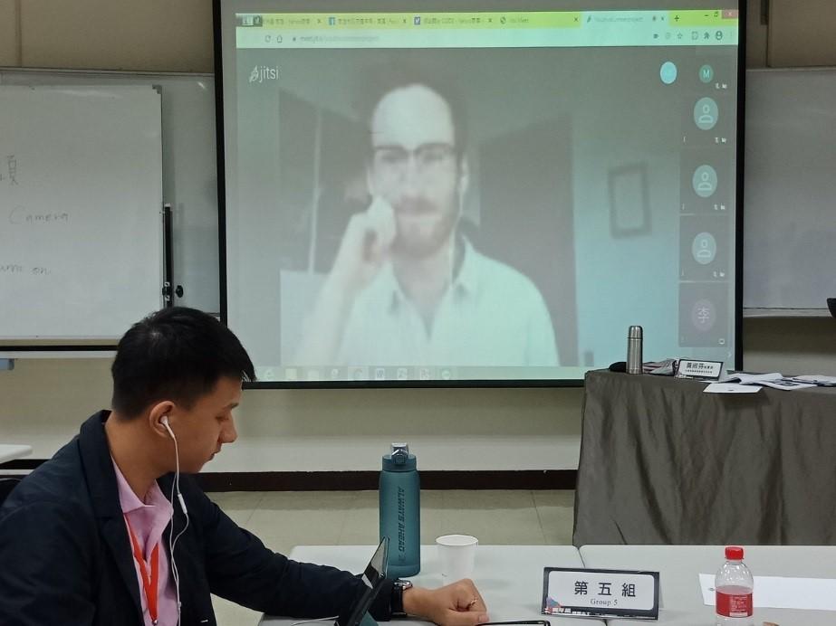 透過科技志工們與SVA 會長Luke Burke連線視訊交流。(圖/高雄市政府青年局提供)