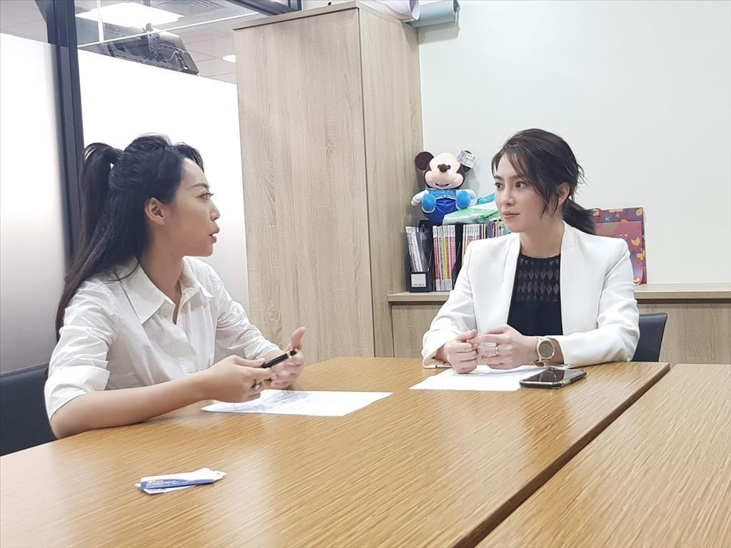 許藍方博士(右)接受《指傳媒》特派記者李雅楹(左)專訪